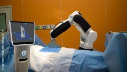 Image: OR robot at work; Copyright: panthermedia.net/ekkasit919
