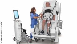 Image: Patient in a vertically adjustable hospital bed with a nurse next to him; Copyright: Reactive Robotics GmbH