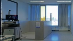 Image: empty box in the VR-Lab with a screen in front of it showing a virtual organ; Copyright: Kompetenzzentrum eLearning in der Medizin Baden-Württemberg