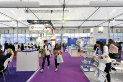 Foto: Hall 18 - stands with exhibitors and visitors