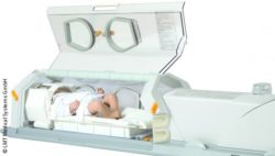 Image: Open incubator with a simulator doll of a newborn inside; Copyright: LMT Medical Systems GmbH