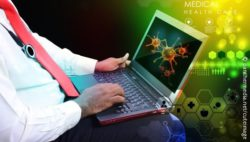 Image: Doctor with laptop on whose screen viruses are seen; Copyright: panthermedia.net/cuteimage