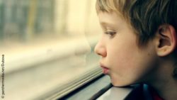 Image: close-up of a boy looking out a window; Copyright: panthermedia.net/Dubova