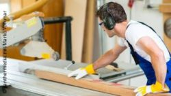 Photo: Carpenter works with a bench saw; Copyright: panthermedia.net/Marko Volkmar
