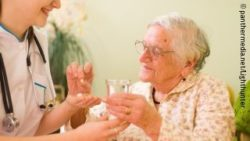 Image: An old woman in a nursing home receives medication from a nurse; Copyright: panthermedia.net/Lighthunter