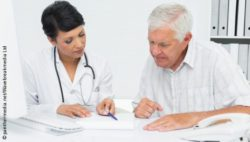 Image: A female physician is talking to an older man; Copyright: panthermedia.net/Wavebreakmedia Ltd