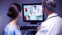 Image: View over the shoulders of two doctors at a screen showing a model of a heart; Copyright: panthermedia.net/Wavebreakmedia ltd