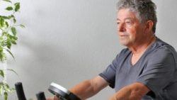 Image: A older man is riding an exercise bike; Copyright: panthermedia.net/Boris Franz