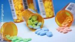 Image: three pill boxes with different coloured pills; Copyright: panthermedia.net/garyphoto