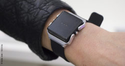 Image: Arm wearing a black bracelet with small monitor; Copyright: beta-web/Schmitz