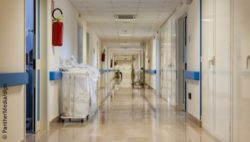 Image: A long hallway in a hospital with a lot of doors; Copyright: PantherMedia/dlpn