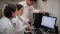 Image: three researchers in front of a computer; Copyright: Unicamp
