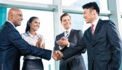 Foto: Business women and men, handshake; © Shutterstock