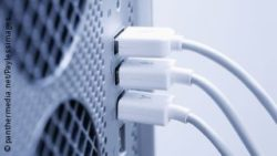 Image: Plugs at the back of a computer; Copyright: panthermedia.net/Paylessimages