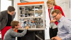 Image: Maria Driesel and her colleagues from inveox next to the new device; Copyright: Astrid Eckert