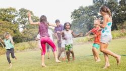 Image: Children playing outside, getting wet in the water; Copyright: panthermedia.net/Wavebreakmedia ltd