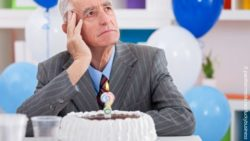 Image: elderly man sitting in front of a birthday cake with a confused expression on his face; Copyright: panthermedia.net/luckybusiness