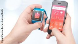 Image: Male hands keep Smartwatch and Smartphone with the same health application side by side; Copyright: panthermedia. net/Alexey Boldin