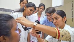 Image: man trains medical assistants in India in smartphone-based funduscopy; Copyright: University Hospital Bonn