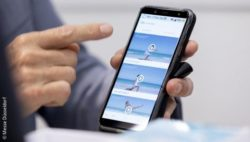 Image: Smartphone at a trade fair stand; Copyright: Messe Düsseldorf