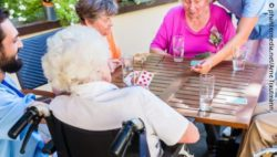 Image: Elderly are sitting at a table, playing cards; Copyright: panthermedia.net/Arne Trautmann