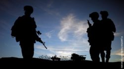 Image: soldiers' silhouettes in front of blue sky; Copyright: panthermedia.net/Veneratio