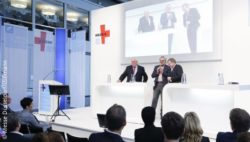 Image: Start-ups in discussion at MEDICA 2019; Copyright: Messe Düsseldorf/ctillmann
