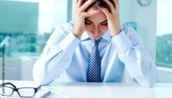 Image: stressed man holding his head; Copyright: panthermedia.net/pressmaster