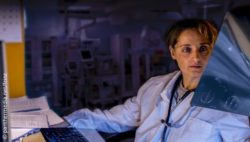 Image: Physician in the dark at her desk looking at CT images; Copyright: panthermedia.net/frinz