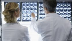 Image: Two doctors in front of MRI images; Copyright: panthemedia.net/Craig Robinson