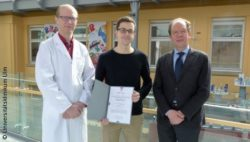 Photo: Three men pose for a picture during an award ceremony; Copyright: Universitätsklinikum Ulm