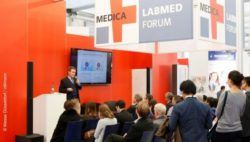 Image: Speaker and audience at the MEDICA LABMED FORUM; Copyright: Messe Düsseldorf