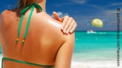Image: A woman is sitting at the beach, putting some sun lotion on her shoulder; Copyright: panthermedia.net/haveseen