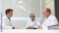 Image: Three physicians during a meeting; Copyright: KiTZ/Philipp Benjamin