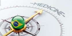 "Image: A ball that shows the Brazilian flag lies on top of a compass needle that points towrads the word ""medicine""; Copyright: panthermedia.net/eabff"