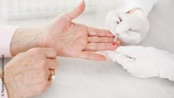 Image: Blood is taken from the finger of an elderly woman; Copyright: PantherMedia/belchonok
